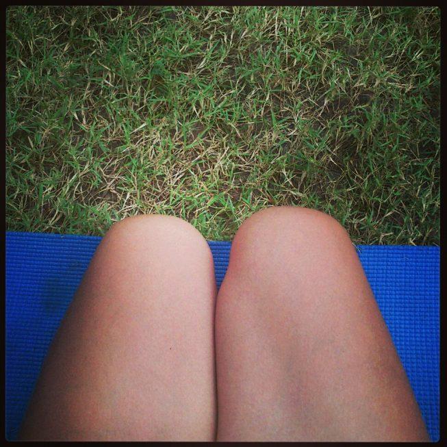 Ноги на коврике для йоги