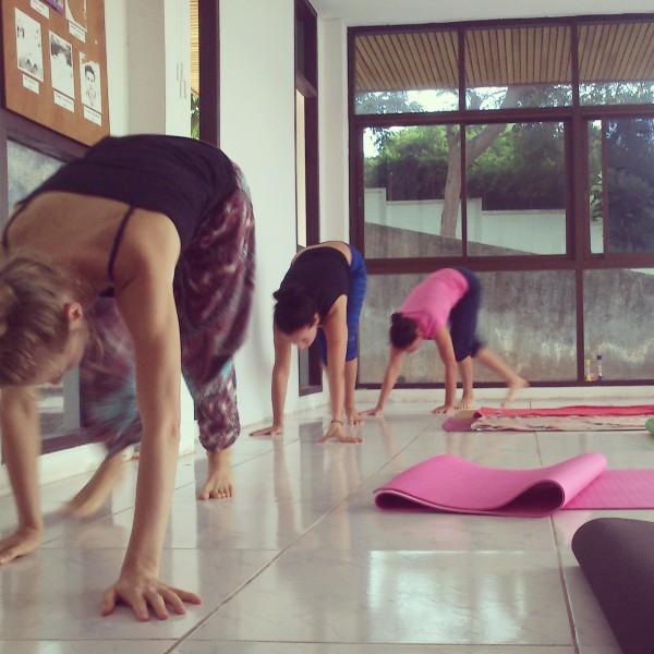 Ходьба на четвереньках на йоге