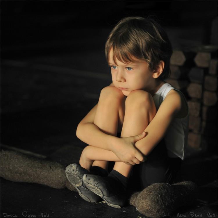 Мальчик в театре за кулисами