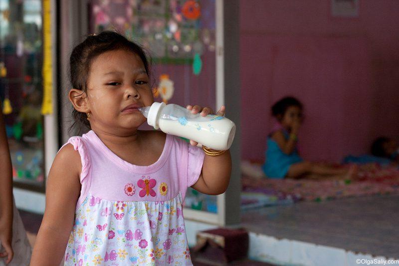 Девочка плачет в тайском детском саду