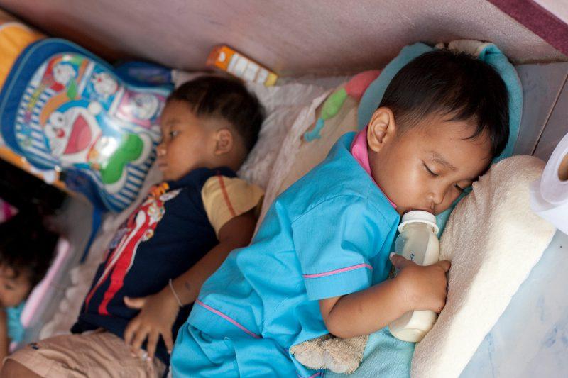 Мальчик спит в детском саду Таиланд