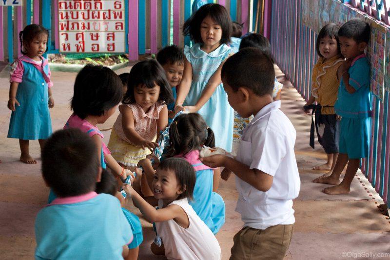 Дети играют в детском саду Таиланда