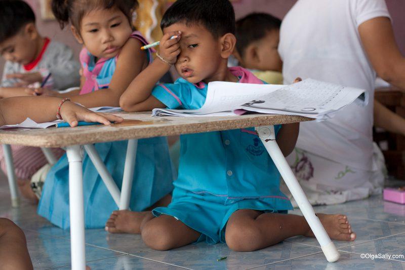 Мальчик делает уроки в тайском детском саду