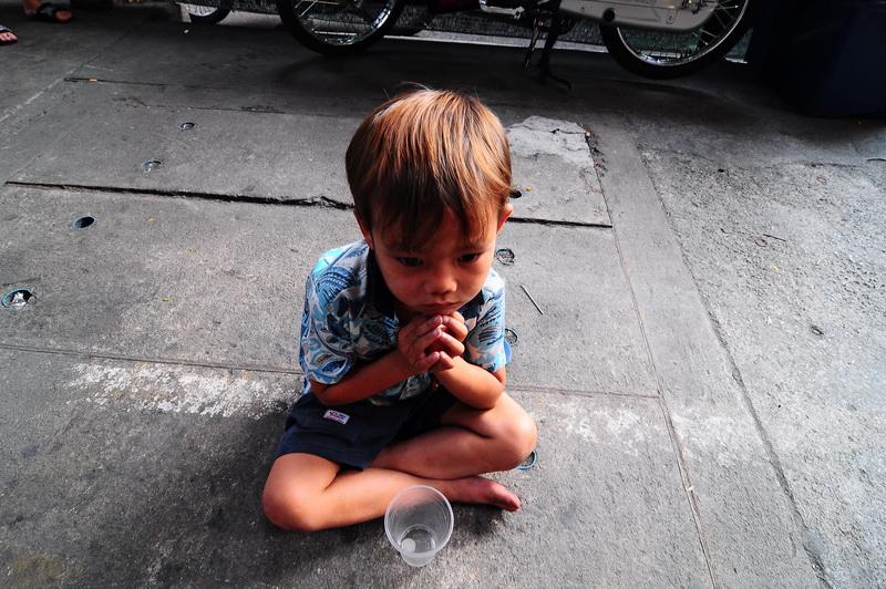 Просящий милостыню тайский мальчик