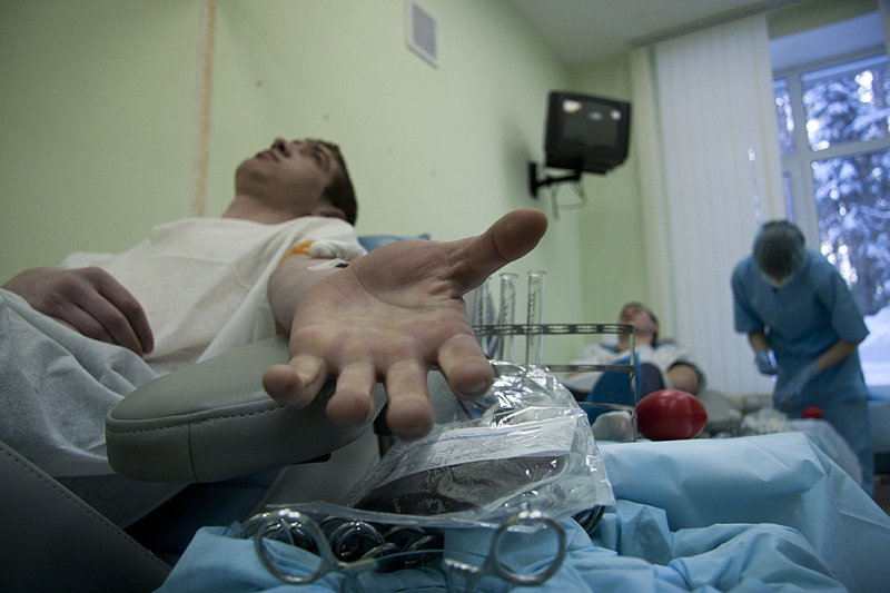 Доноры сдают кровь. Новосибирск