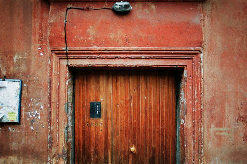входные двери нестандартные из дерева в подъезд