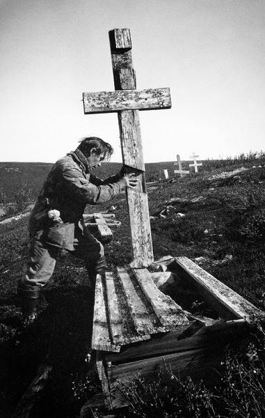 Ставят крест в тундре