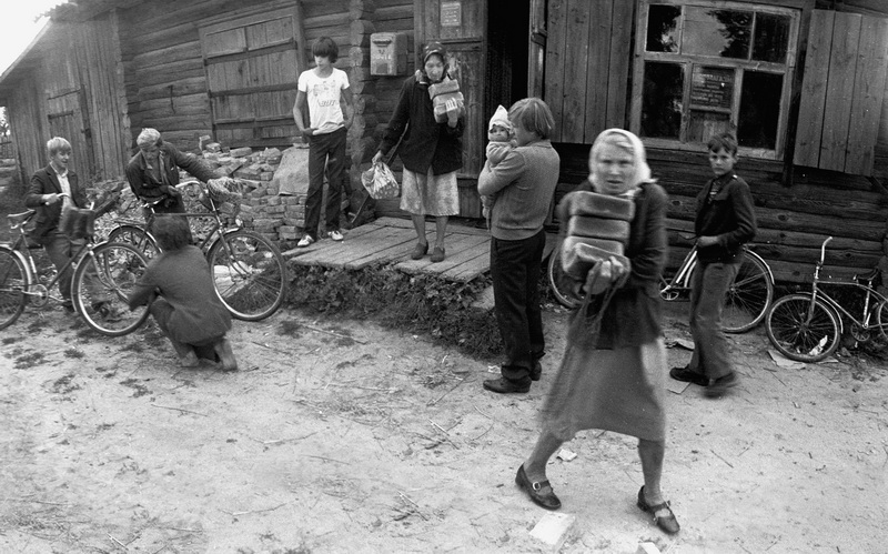 Киселевка, Могилевская обл. Бабушка несёт хлеб, купленный в магазине