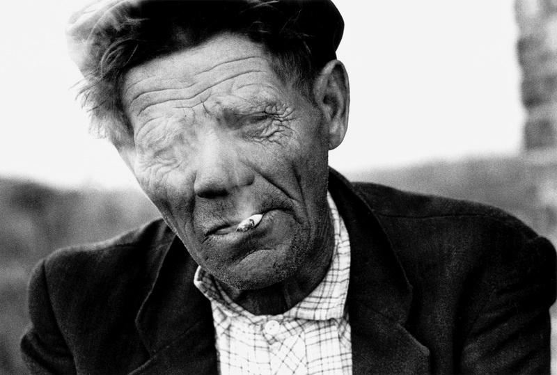 Портрет курящего мужчины в деревне