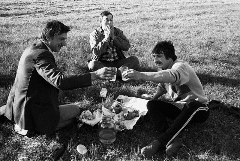 Мужики на пикнике в деревне Киселевка