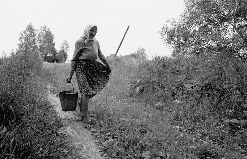 Девушка несет ведро в деревне Киселевка