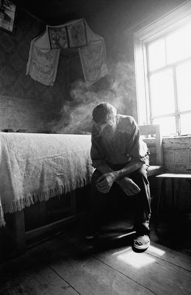 Мужчина курит в доме, деревня Киселевка