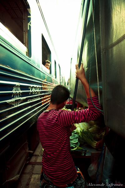 Таиланд. Рынок на железной дороге Maeklong Railway Market (19)