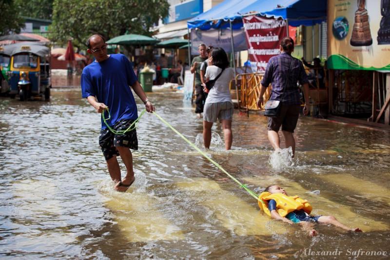 Как забавляются тайцы во время наводнения