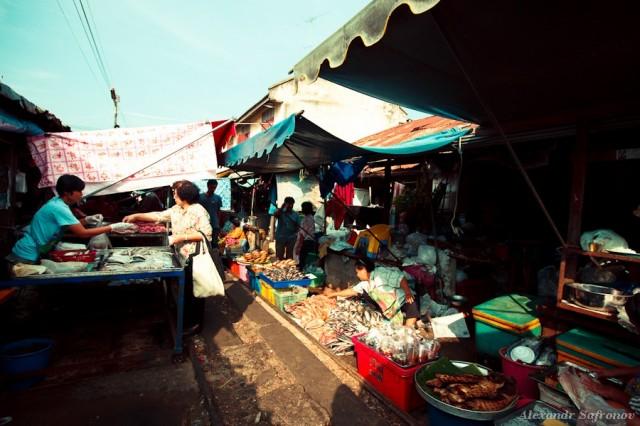 Рынок на железной дороге в Таиланде