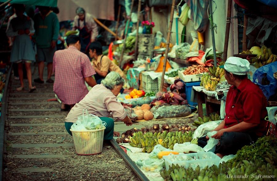 Таиланд. Рынок на железной дороге Maeklong Railway Market (9)