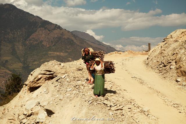 Непальцы носят груз на голове
