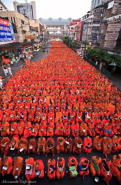 Массовое подаяние монахам в Бангкоке, фоторепортаж (33)
