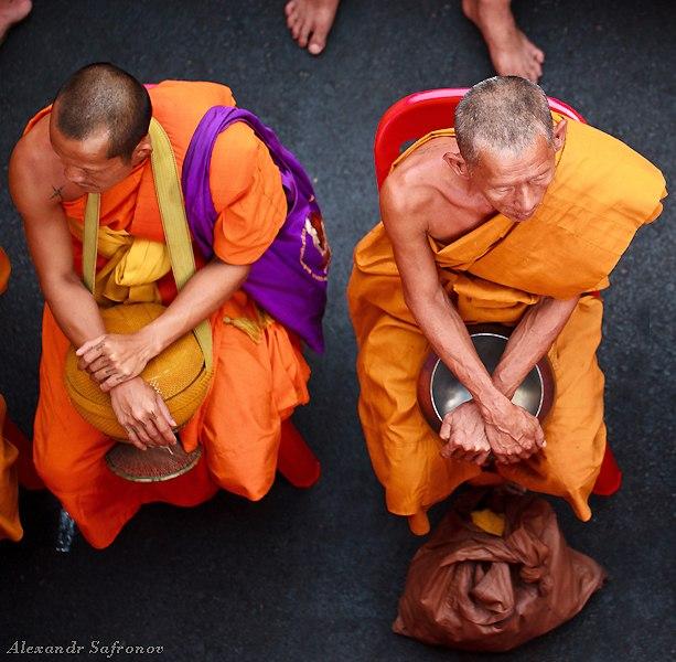 Массовое подаяние монахам в Бангкоке, фоторепортаж (29)