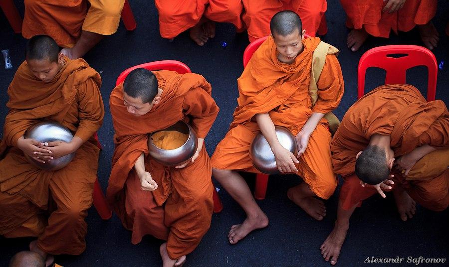 Массовое подаяние монахам в Бангкоке, фоторепортаж (15)