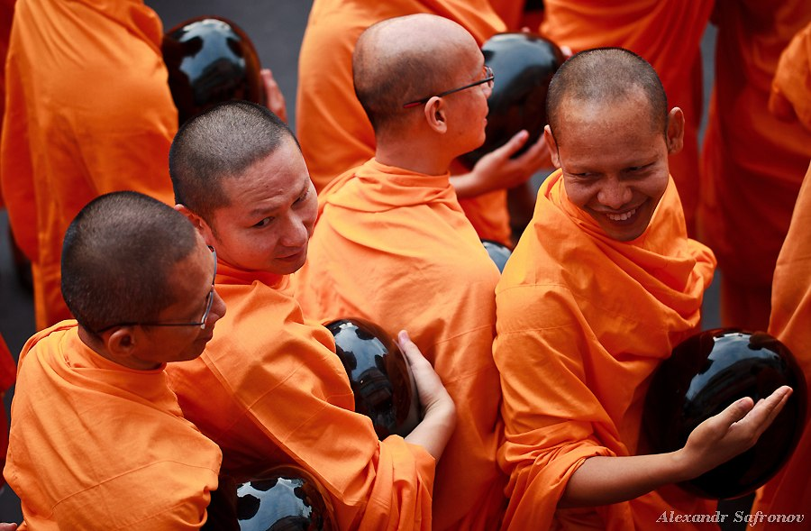 Массовое подаяние монахам в Бангкоке, фоторепортаж (13)