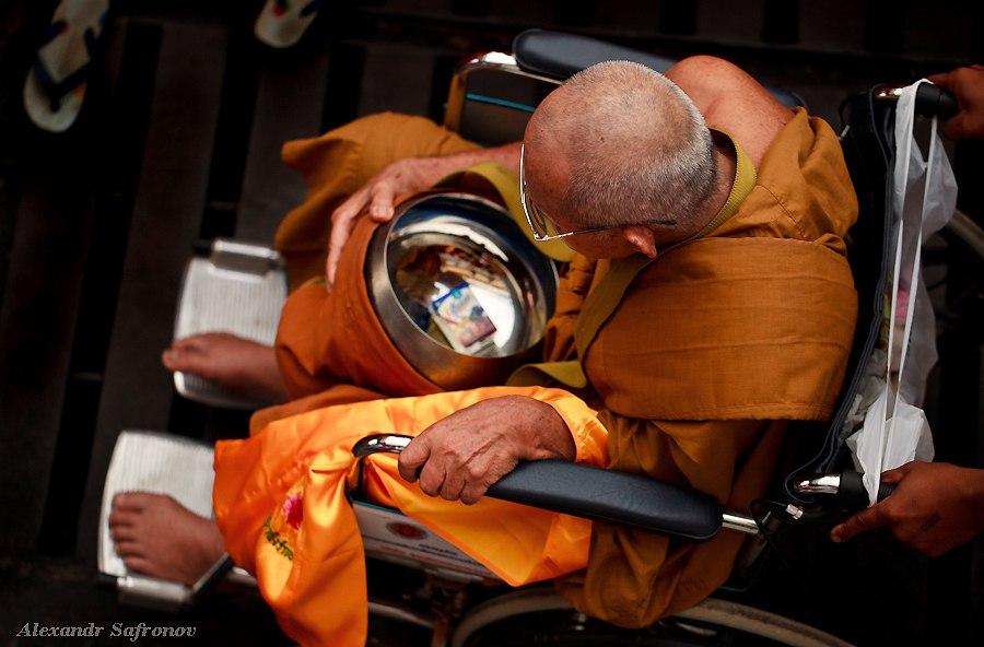 Массовое подаяние монахам в Бангкоке, фоторепортаж (11)