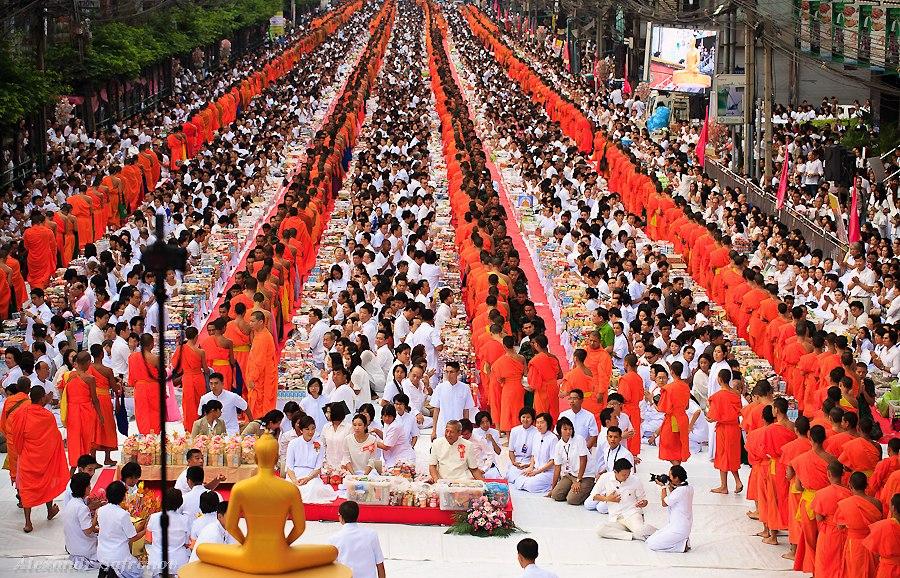Массовое подаяние монахам в Бангкоке, фоторепортаж (12)
