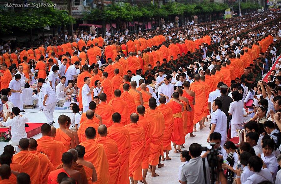 Массовое подаяние монахам в Бангкоке, фоторепортаж (9)