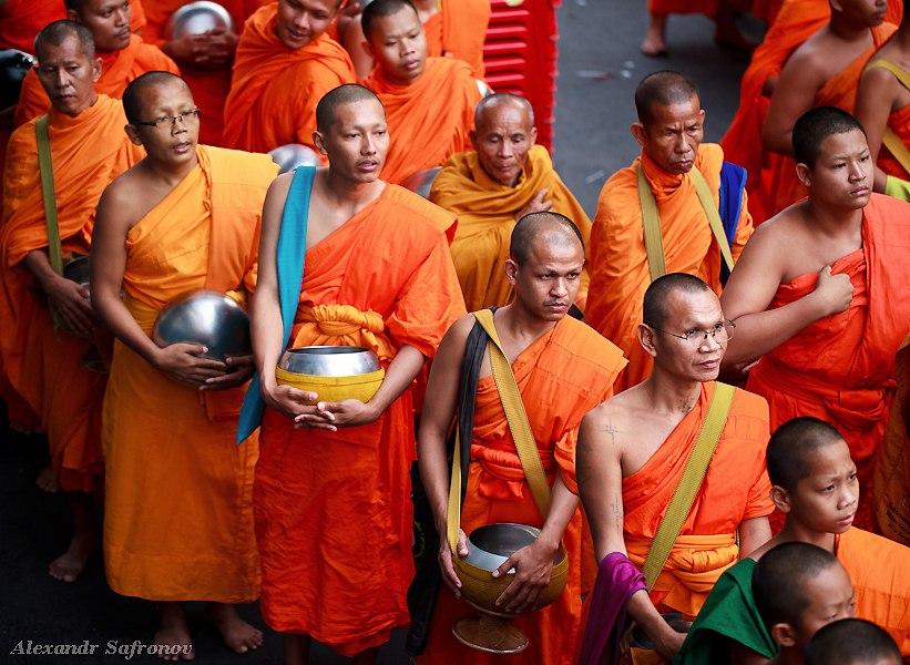 Массовое подаяние монахам в Бангкоке, фоторепортаж (18)