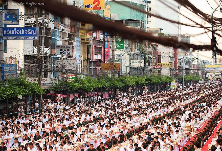 Массовое подаяние монахам в Бангкоке, фоторепортаж (16)
