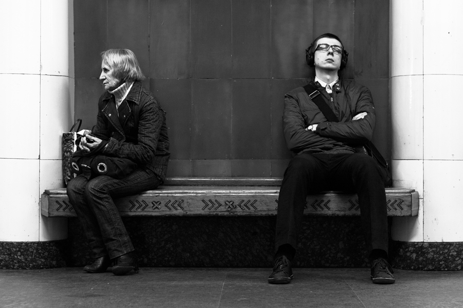 Люди в метро на скамейке