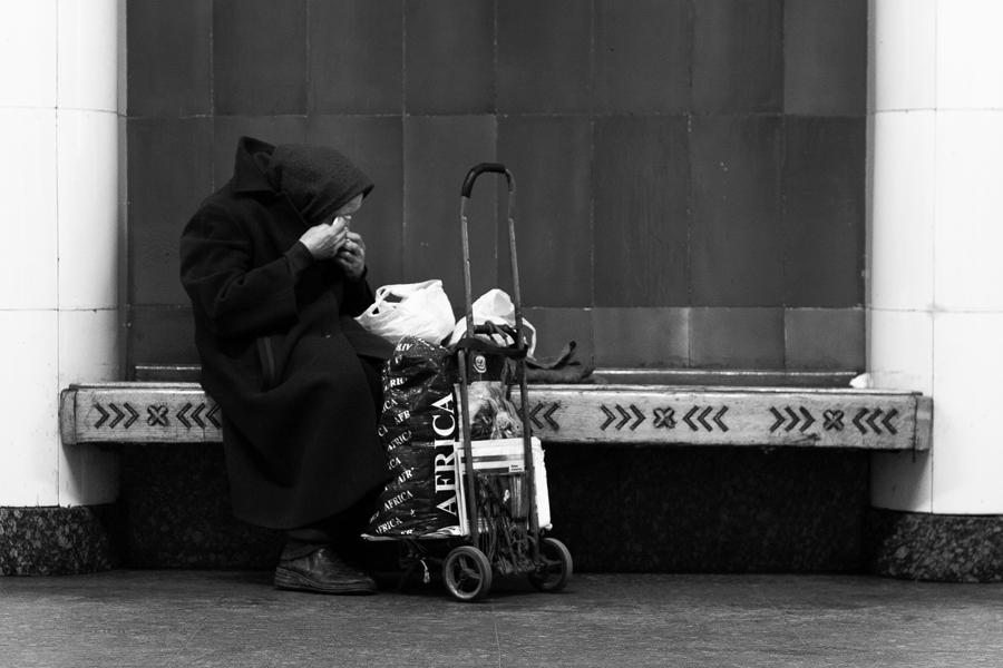 Бабушка на скамейке в Метро