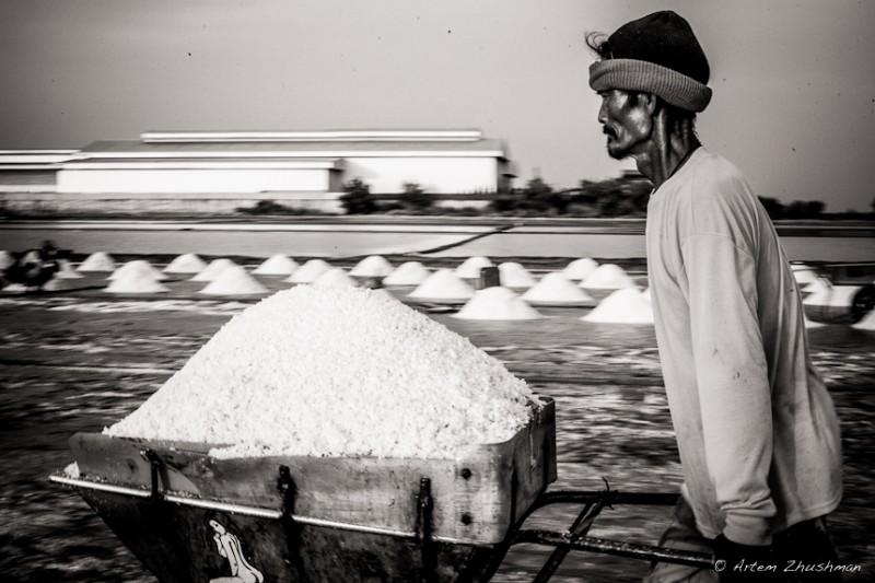 Работник на соляных приисках в Таиланде