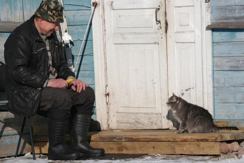 Мужчина и кот на заваленке