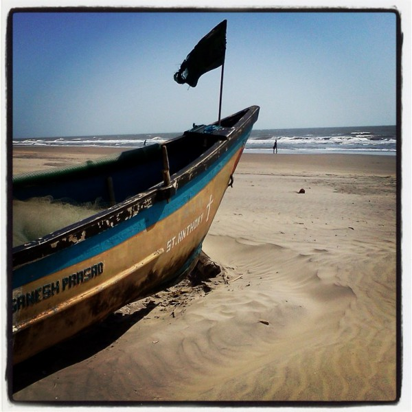 Лодка на берегу в Гоа