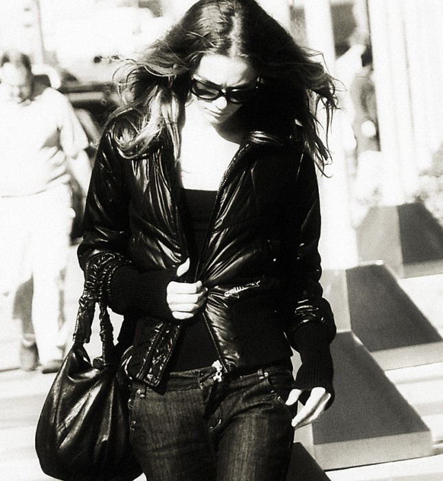 Девушка с длинными волосами идёт по улице