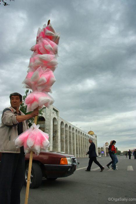 Продавец сахарной ваты в Бишкеке