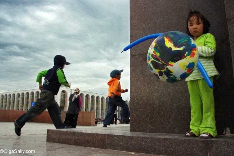 Дети на главной площади Бишкека