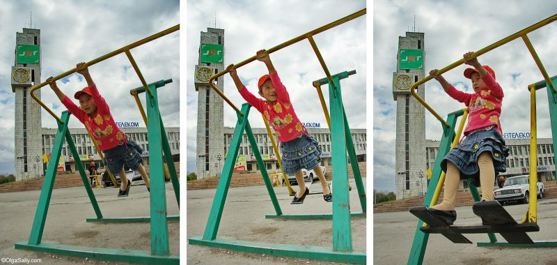 Девочка качается на качелях. Бишкек