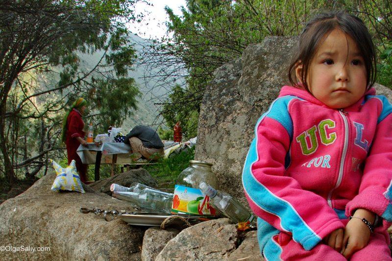 Девочка в горах Киргизии