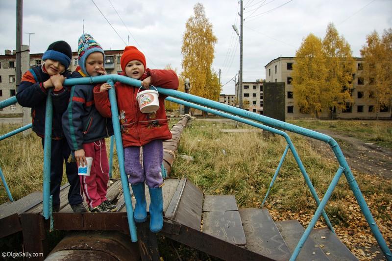 Дети во дворе Итатки, Томск-43