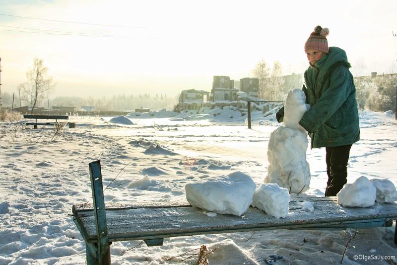 Девочка в Итатке лепит снеговика