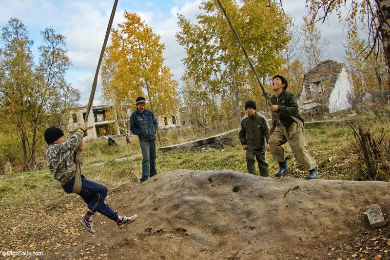Дети играют во дворе Итатка