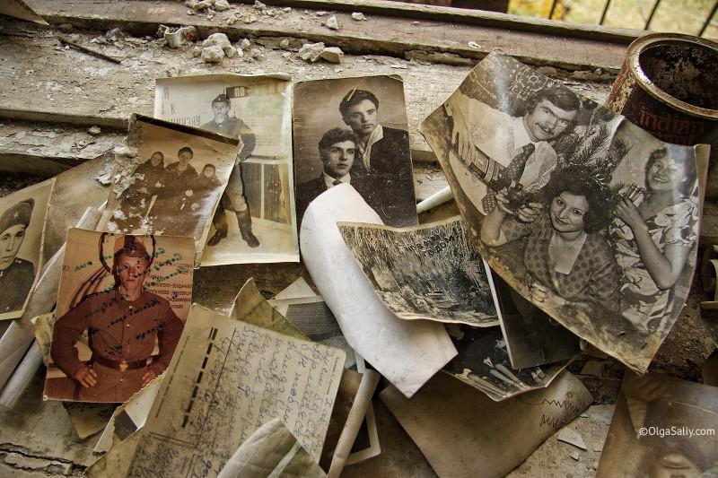 Старые фотографии в заброшенном доме