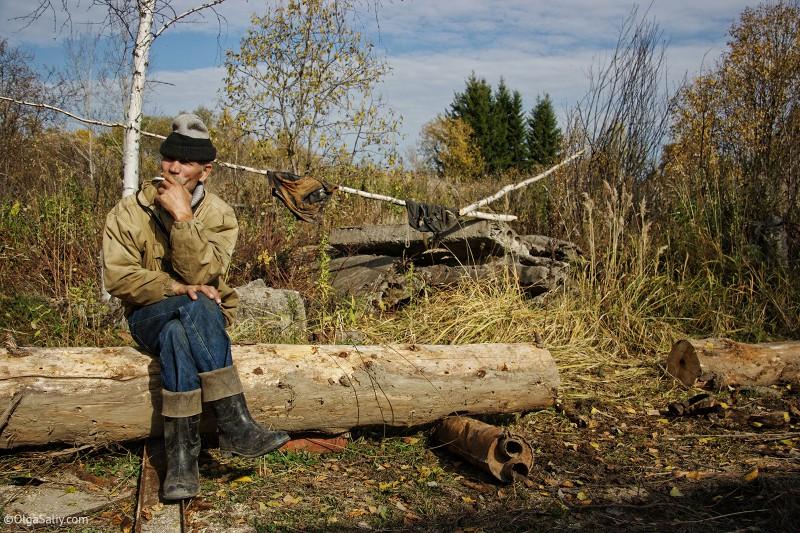 Мужчина возле заброшенного военного объекта