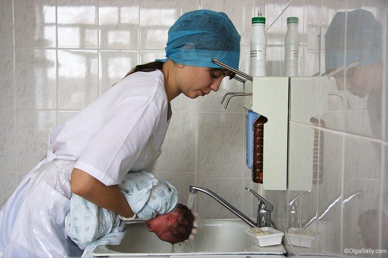 Как моют голову деткам в роддоме