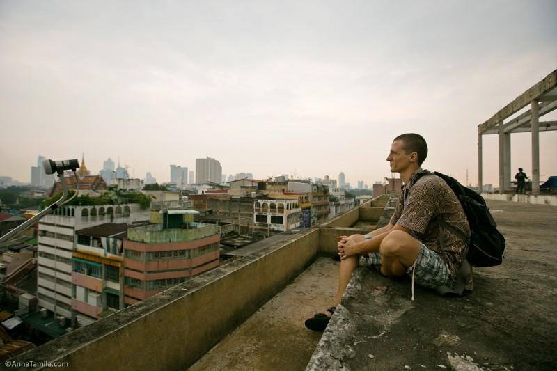 Антон Дряничкин сидит на крыше в Бангкоке