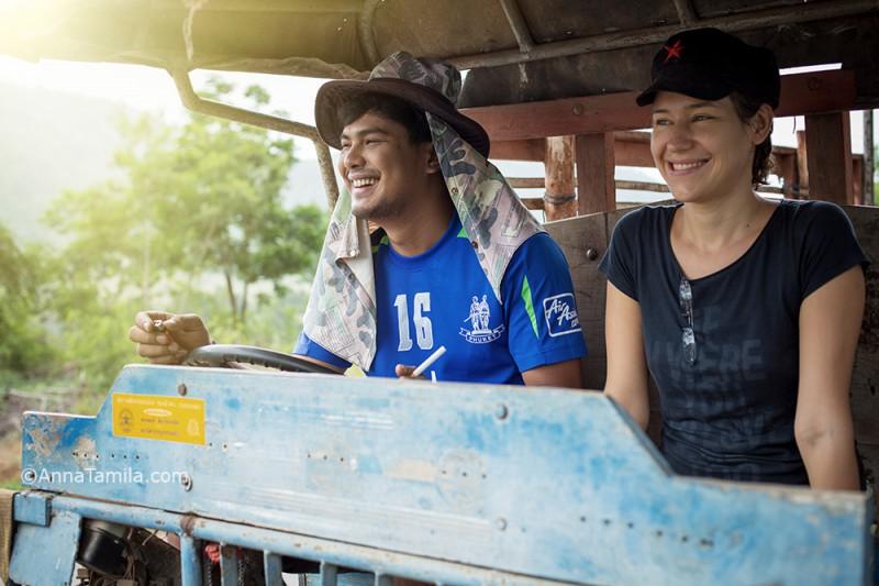 Оля и Тун едут на тракторе