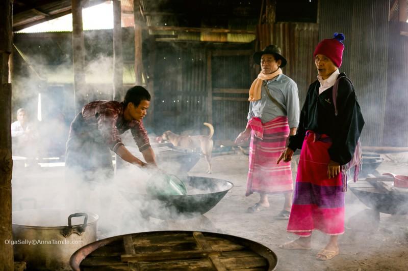 Карены готовят еду