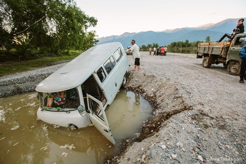 УАЗ упал в яму с водой